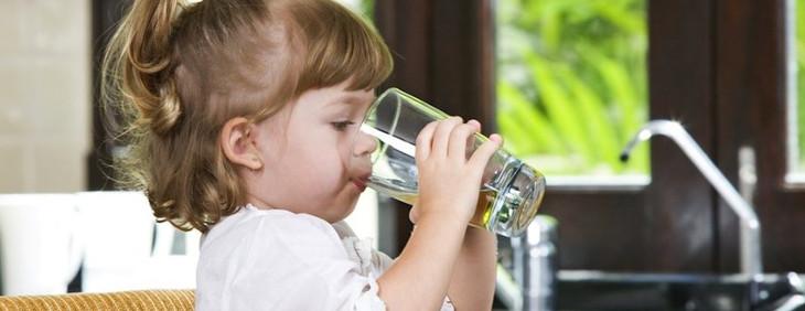 W jaki sposób nakłonić dziecko do picia wody?