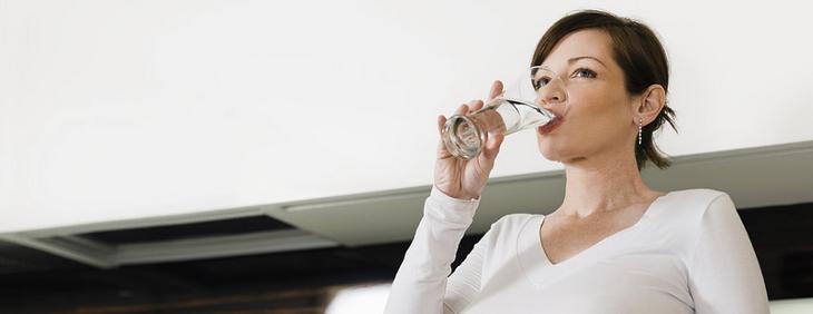 Znaczenie picia wody podczas ciąży oraz karmienia piersią