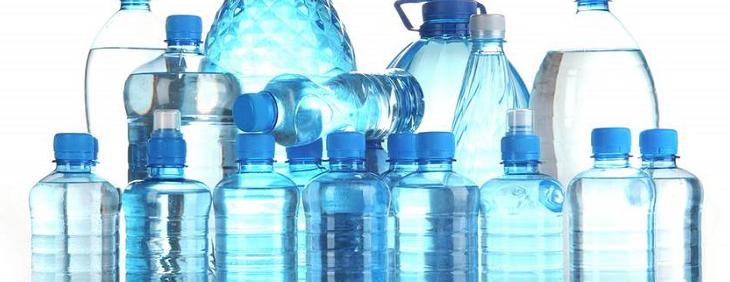 Woda – lepsza w butelce plastikowej czy szklanej?