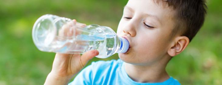 Daj łyka – o skutkach picia wody z jednej butelki