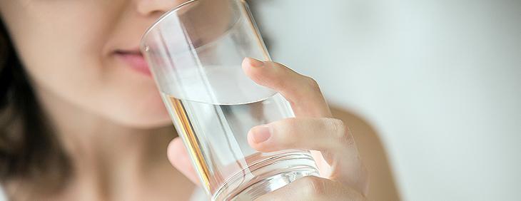 Co wybrać: dzbanki filtrujące czy stacja uzdatniania wody?