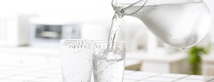 Ciepła czy zimna – jaką wodę pić?