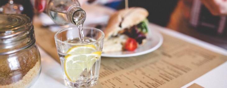 Fakty i mity o piciu przed posiłkiem