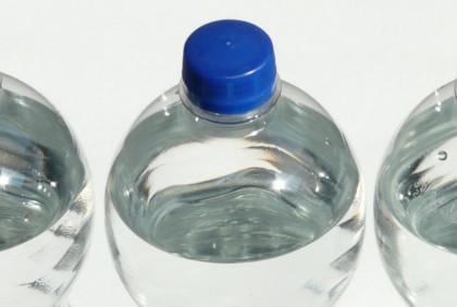 Szklana czy plastikowa – do jakiej butelki przelać filtrowaną wodę?