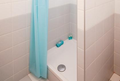 Wapienny osad na prysznicu – jak się go pozbyć?