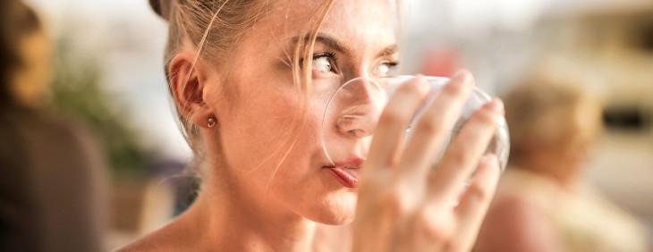 Nawadnianie organizmu – jak wpływa na kondycję skóry?