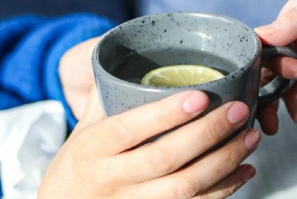 Picie wody podczas przeziębienia – na co wpływa?