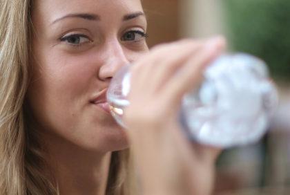 5 powodów, dla których warto zrezygnować z wody butelkowanej