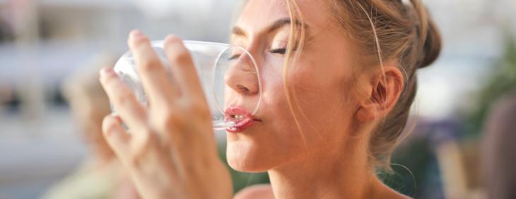 Jaka woda dla kobiet w ciąży i karmiących piersią?